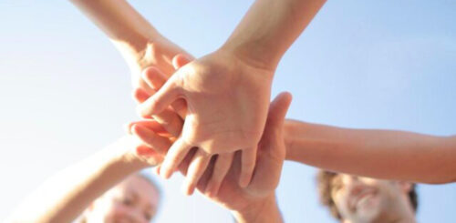 みんなで手を繋ぐ
